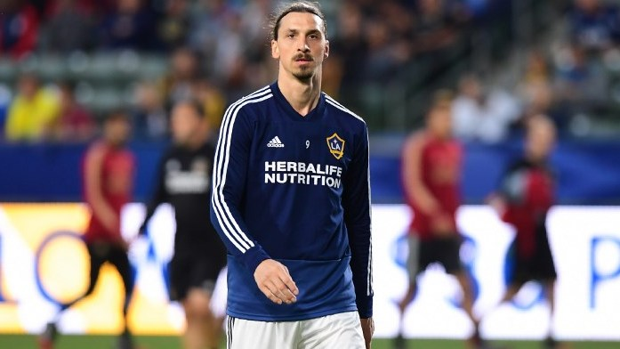 Zlatan Ibrahimovic of LA Galaxy takes part in the warm-up before the Major League Soccer match between Atlanta United and LA Galaxy in Carson, California on April 21, 2018. / AFP PHOTO / Frederic J. BROWN