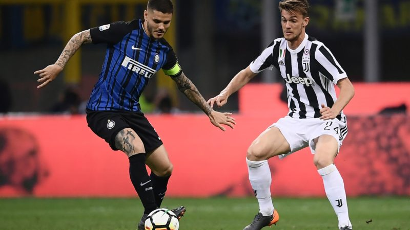 Inter Milan's forward Mauro Emanuel Icardi from Argentina (L) fights for the ball with Juventus' defender Daniele Rugani during the Italian Serie A football match Inter Milan Vs Juventus on April 28, 2018 at the 'San Siro Stadium' in Milan. / AFP PHOTO / MARCO BERTORELLO