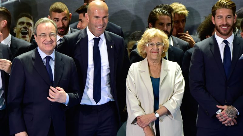 (L to R) Real Madrid's  President Florentino Perez, Real Madrid's French coach Zinedine Zidane, Mayor of Madrid Manuela Carmena and Real Madrid's captain and defender Sergio Ramos pose at the Madrid Town hall on Plaza Cibeles in Madrid on May 22, 2017 during a celeration after the team won the Spanish league football tournament. Madrid sealed a first La Liga title in five years yesterday -- and 33rd in total -- with a 2-0 victory at Malaga to bring a halt to Barcelona's domination of domestic matters having won six of the previous eight titles.   / AFP PHOTO / GERARD JULIEN