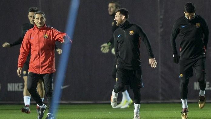 Barcelona's coach Ernesto Valverde (L) speak with Barcelona's Argentinian forward Lionel Messi during a training session at the FC Barcelona Joan Gamper sports center in Sant Joan Despi, near Barcelona on November 25, 2017. / AFP PHOTO / Josep LAGO