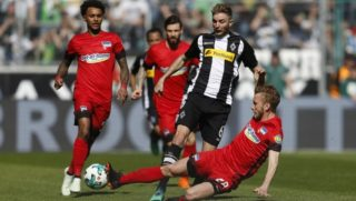 07 April 2018, Germany, Moenchengladbach: Soccer: Bundesliga, Borussia Moenchengladbach vs Hertha BSC, in the Borussia Park stadium. Moenchengladbach's Christoph Kramer and Berlin's Fabian Lustenberger (R) vying for the ball. Photo: Ina Fassbender/dpa - IMPORTANT NOTICE: Due to the German Football League·s (DFL) accreditation regulations, publication and redistribution online and in online media is limited during the match to fifteen images per match