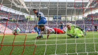 21 April 2018, Germany, Leipzig: Football, German Bundesliga, RB Leipzig vs 1899 Hoffenheim at the Red Bull Arena: Leipzig's goalie Peter Gulacsi and player Bernardo Fernandes da Silva are unable to stop the goal for 0:1 by Hoffenheim's Mark Uth. Photo: Jan Woitas/dpa-Zentralbild/dpa - IMPORTANT NOTICE: Due to the German Football League·s (DFL) accreditation regulations, publication and redistribution online and in online media is limited during the match to fifteen images per match