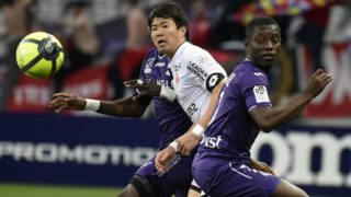 Toulouse's Ivory Coast forward Max Gardel (R) vies with Dijon's South-Korean midfielder Chang Hoon Kwon during the French L1 football match between Toulouse and Dijon on April 7, 2018 at the Municipal Stadium in Toulouse, southern France. / AFP PHOTO / Pascal PAVANI