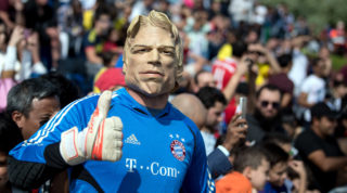 A Bayern fan wearing a mask of Bayern's former goalkeeper Oliver Kahn watches Bayern's team in action at a FC Bayern Munich training camp in Doha, Qatar, 5 January 2018. The Bundesliga team is preparing for the remaining season until 7 January. Photo: Sven Hoppe/dpa