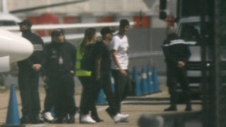Paris Saint-Germain's Brazilian forward Neymar is pictured as he disembarks a private jet on the tarmac of Le Bourget airport near Paris on May 4, 2018. While his return is too late to have any impact for his club, Brazil fans are desperate for their iconic star to lead the team out at the Wold Cup in Russia. The 26-year-old Paris Saint-Germain forward -- at 220 million euros ($263 million) the most expensive player in history -- broke a bone in his right foot on February 25 playing for PSG and has been in a race for fitness since undergoing surgery in Brazil on March 3.  / AFP PHOTO / CHRISTOPHE SIMON