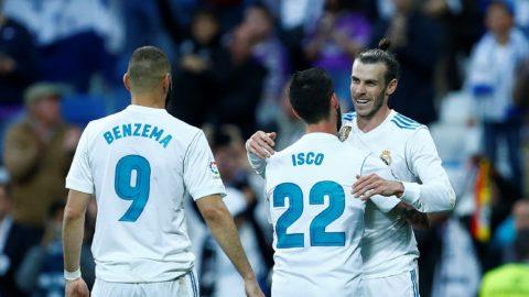 Real Madrid's Welsh forward Gareth Bale (R) celebrates goal during the Spanish league football match between Real Madrid and Celta Vigo at the Santiago Bernabeu Stadium in Madrid on May 12, 2018. / AFP PHOTO / Benjamin CREMEL