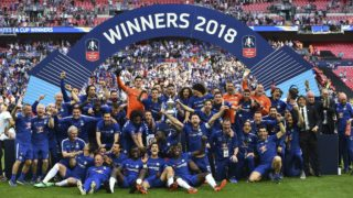Chelsea players celebrate with the trophy after their victory in the English FA Cup final football match between Chelsea and Manchester United at Wembley stadium in London on May 19, 2018. Chelsea won the game 1-0. / AFP PHOTO / Glyn KIRK / NOT FOR MARKETING OR ADVERTISING USE / RESTRICTED TO EDITORIAL USE