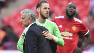 Manchester United's Portuguese manager Jose Mourinho (L) reacts with Manchester United's Spanish goalkeeper David de Gea (C) after losing the English FA Cup final football match between Chelsea and Manchester United at Wembley stadium in London on May 19, 2018. / AFP PHOTO / Glyn KIRK / NOT FOR MARKETING OR ADVERTISING USE / RESTRICTED TO EDITORIAL USE