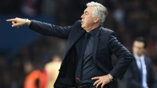 Bayern Munich's Italian head coach Carlo Ancelotti gestures during the UEFA Champions League football match between Paris Saint-Germain and Bayern Munich on September 27, 2017 at the Parc des Princes stadium in Paris. / AFP PHOTO / FRANCK FIFE