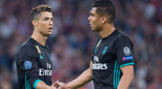 Cristiano RONALDO (left, REAL) shakes hands with CASEMIRO (REAL), handschalg, gesture, gesture, half figure, half figure, Soccer Champions League, semi-finals, FC Bayern Munich (M) - Real Madrid (REAL) 1: 2 on 25.04 .2018 in the Allianz Arena in Munich / Germany. | usage worldwide