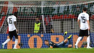 Germany's goalkeeper Manuel Neuer (C) fails to save the ball during the international friendly footbal match Austria v Germany in Klagenfurt, Austria, on June 2, 2018. / AFP PHOTO / JOE KLAMAR