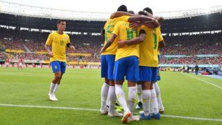 Brazil's players celebrate scoring during the international friendly footbal match Austria vs Brazil in Vienna, on June 10, 2018. / AFP PHOTO / JOE KLAMAR