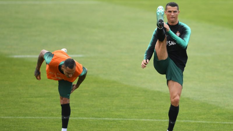 Portuguese forwards Cristiano Ronaldo (R) and Ricardo Quaresma attend a training session at Cidade do Futebol in Oeiras during the Portugal national football team's training camp in preparation for the Russia World Championship 2018, on June 5, 2018. / AFP PHOTO / FRANCISCO LEONG