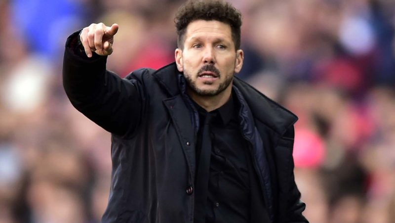 Atletico Madrid's Argentinian coach Diego Simeone gestures during the Spanish league football match Club Atletico de Madrid vs FC Barcelona at the Vicente Calderon stadium in Madrid on February 26, 2017. / AFP PHOTO / GERARD JULIEN