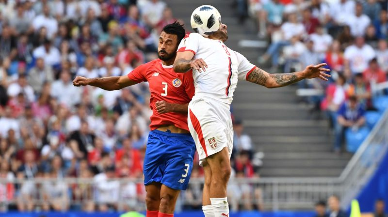 Serbia's forward Aleksandar Mitrovic (R) vies for the header with Costa Rica's defender Giancarlo Gonzalez during the Russia 2018 World Cup Group E football match between Costa Rica and Serbia at the Samara Arena in Samara on June 17, 2018. / AFP PHOTO / EMMANUEL DUNAND / RESTRICTED TO EDITORIAL USE - NO MOBILE PUSH ALERTS/DOWNLOADS
