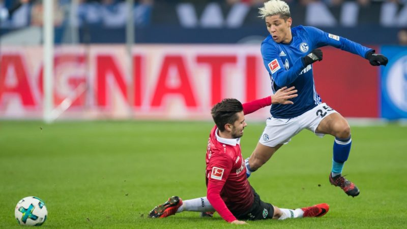 Schalke's Amine Harit (r) plays the ball past Hannover's Julian Korb during the German Bundesliga football match between FC Schalke 04 and Hannover 96 at the Veltins Arena in Gelsenkirchen, Germany, 21 Janaury 2018.   (EMBARGO CONDITIONS - ATTENTION: Due to the accreditation guidelines, the DFL only permits the publication and utilisation of up to 15 pictures per match on the internet and in online media during the match.) Photo: Guido Kirchner/dpa