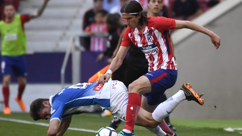 Atletico Madrid's Brazilian defender Filipe Luis (R) challenges Espanyol's Spanish midfielder Victor Sanchez during the Spanish league football match between Club Atletico de Madrid and RCD Espanyol at the Wanda Metropolitano stadium in Madrid on May 6, 2018. / AFP PHOTO / PIERRE-PHILIPPE MARCOU