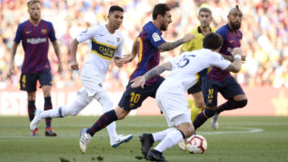 Barcelona's Argentinian forward Lionel Messi (C) advances with the ball past Boca Juniors' Uruguayan midfielder Nahitan Nandez (front R) and Boca Juniors' Argentinian midfielder Emanuel Reynoso (2ndL) during the 53rd Joan Gamper Trophy friendly football match between Barcelona and Boca Juniors at the Camp Nou stadium in Barcelona on August 15, 2018.  / AFP PHOTO / Josep LAGO