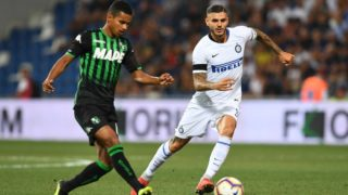 Sassuolo's Brazilian defender Rogerio (L) passes the ball past Inter Milan's Argentine forward Mauro Icardi during the Italian Serie A football match Sassuolo vs Inter Milan at the Mapei Stadium in Reggio Emilia on August 19, 2018.   / AFP PHOTO / Vincenzo PINTO