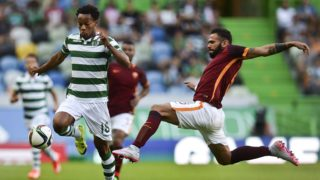 Sporting's Peruvian forward Andre Carrillo (L) vies with Roma's Brazilian defender Leandro Castan (R) during the Violinos Cup football match between Sporting CP and  AS Roma at Alvalade stadium in Lisbon on August 1, 2015. AFP PHOTO / PATRICIA DE MELO MOREIRA / AFP PHOTO / PATRICIA DE MELO MOREIRA