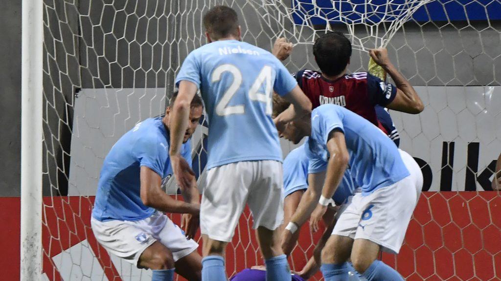 Felcsút, 2018. augusztus 14. A fehérvári Danko Lazovic leszakítja a hálót kihagyott büntetõje után a labdarúgó Bajnokok Ligája selejtezõjének 3. fordulójában játszott Vidi FC - Malmö visszavágó mérkõzésen a felcsúti Pancho Arénában 2018. augusztus 14-én. A Vidi FC gól nélküli döntetlennel õrizte meg az elsõ mérkõzésen elért 1-1-es eredményt, így bejutott a selejtezõ negyedik, utolsó fordulójába. MTI Fotó: Illyés Tibor