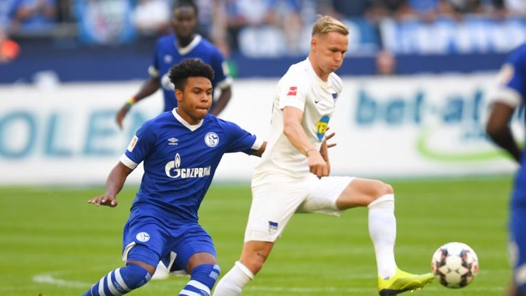 Schalke's US midfielder Weston McKennie and SBerlin's German midfielder Arne Maier vie for the ball during the German first division Bundesliga football match FC Schalke 04 vs Hertha Berlin in Gelsenkirchen, western Germany, on September 2, 2018. / AFP PHOTO / Patrik STOLLARZ / RESTRICTIONS: DFL REGULATIONS PROHIBIT ANY USE OF PHOTOGRAPHS AS IMAGE SEQUENCES AND/OR QUASI-VIDEO