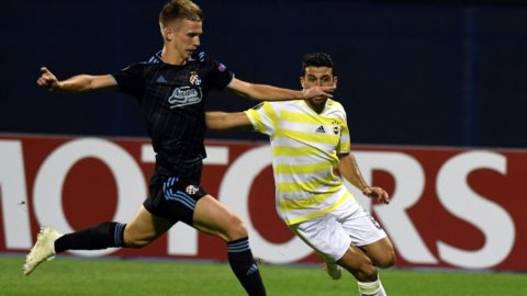 Dinamo's Dani Olmo (L) fights for the ball with Fenerbahce's Ismail Koybasi during the Europa League Group D match between Dinamo Zagreb and Fenerbahce at The Maksimir Stadium in Zagreb on September 20, 2018.   / AFP PHOTO / STR