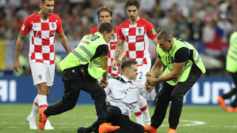 Group conducts simultaneous field invasion of three women and a man in an act claimed by the Russian feminist punk group Pussy Riot during a match between France and Croatia in the FInal of the World Cup of Russia in the Luzhniki Stadium in the city of Moscow in Russia this Sunday, 15 (Photo: William Volcov / Brazil Photo Press)