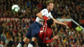 Tottenham Hotspur's English striker Harry Kane (L) rises above Manchester United's English defender Chris Smalling (R) during the English Premier League football match between Manchester United and Tottenham Hotspur at Old Trafford in Manchester, north west England, on August 27, 2018. / AFP PHOTO / Oli SCARFF / RESTRICTED TO EDITORIAL USE. No use with unauthorized audio, video, data, fixture lists, club/league logos or 'live' services. Online in-match use limited to 120 images. An additional 40 images may be used in extra time. No video emulation. Social media in-match use limited to 120 images. An additional 40 images may be used in extra time. No use in betting publications, games or single club/league/player publications. /