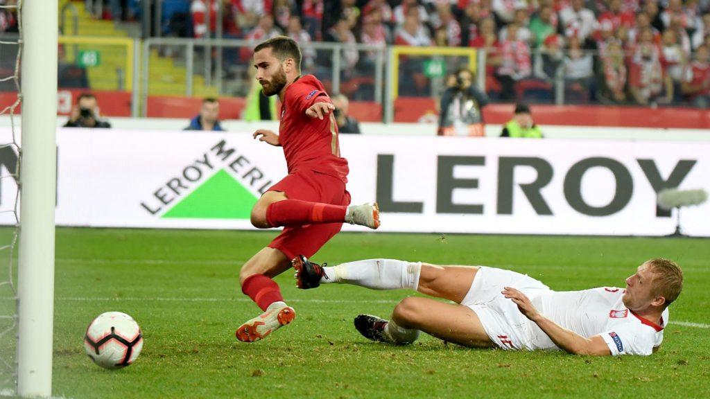 Portugal's Rafa Silva scores the 1-1 goal next to Poland's defender Kamil Glik during the UEFA Nations League football match Poland v Portugal at the Slaski Stadium in Chorzow, Poland on October 11, 2018. (Photo by Janek SKARZYNSKI / AFP)