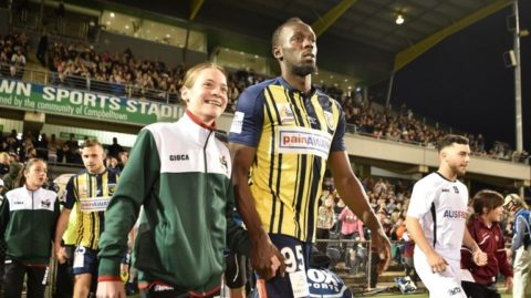 Olympic sprinter Usain Bolt (centre R) heads out onto the pitch to play for A-League football club Central Coast Mariners in his first competitive start for the club against Macarthur South West United in Sydney on October 12, 2018. (Photo by PETER PARKS / AFP) / -- IMAGE RESTRICTED TO EDITORIAL USE - STRICTLY NO COMMERCIAL USE --