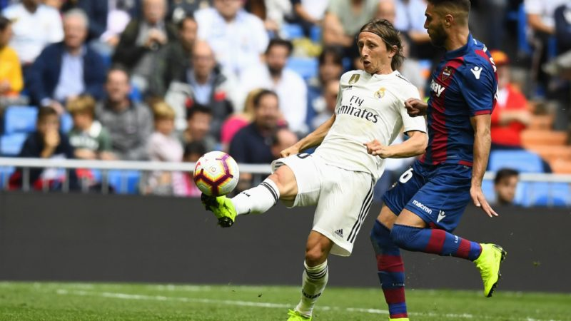 Real Madrid's Croatian midfielder Luka Modric (L) vies with Levante's Spanish midfielder Ruben Rochinaduring the Spanish league football match Real Madrid CF against Levante UD at the Santiago Bernabeu stadium in Madrid on October 20, 2018. (Photo by GABRIEL BOUYS / AFP)
