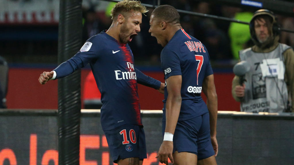 PARIS, FRANCE - OCTOBER 7: Kylian Mbappe of PSG celebrates his goal with Neymar Jr (left) during the french Ligue 1 match between Paris Saint-Germain (PSG) and Olympique Lyonnais (OL, Lyon) at Parc des Princes stadium on October 7, 2018 in Paris, France. (Photo by Jean Catuffe/Getty Images)