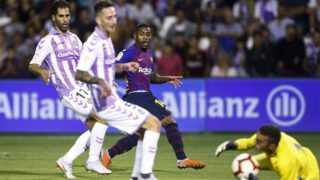 Barcelona's Brazilian forward Malcom (3L) kicks the ball during the Spanish league football match between Real Valladolid and FC Barcelona at the Jose Zorrilla Stadium in Valladolid on August 25, 2018. (Photo by Benjamin CREMEL / AFP)