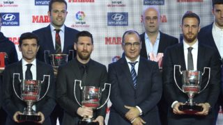 Director of sports journal Marca, Juan Ignacio Gallardo (4L) is flanked by Barcelona's Argentinian forward Lionel Messi (3L) and Atletico Madrid's Slovenian goalkeeper Jan Oblak (R) as they pose for a family photo with Valencia's coach Marcelino Garcia Toral (L) and the rest of award-winners during the presentation of the Football Marca Awards in Barcelona on November 12, 2018. (Photo by LLUIS GENE / AFP)