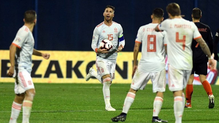 Spain's defender Sergio Ramos (C) talks to team mates after he scored a goal during the UEFA Nations League football match between Croatia and Spain at the Maksimir Stadium in Zagreb on November 15, 2108. (Photo by - / AFP)