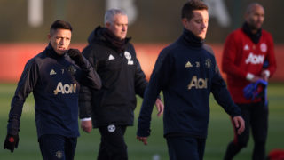 Manchester United's Chilean striker Alexis Sanchez (L), Manchester United's Portuguese manager Jose Mourinho (2L), Manchester United's Spanish midfielder Ander Herrera (2R) and Manchester United's English goalkeeper Lee Grant attend a training session at the Carrington Training complex in Manchester, north west England on November 26, 2018, on the eve of their UEFA Champions League group H football match against Young Boys. (Photo by Oli SCARFF / AFP)