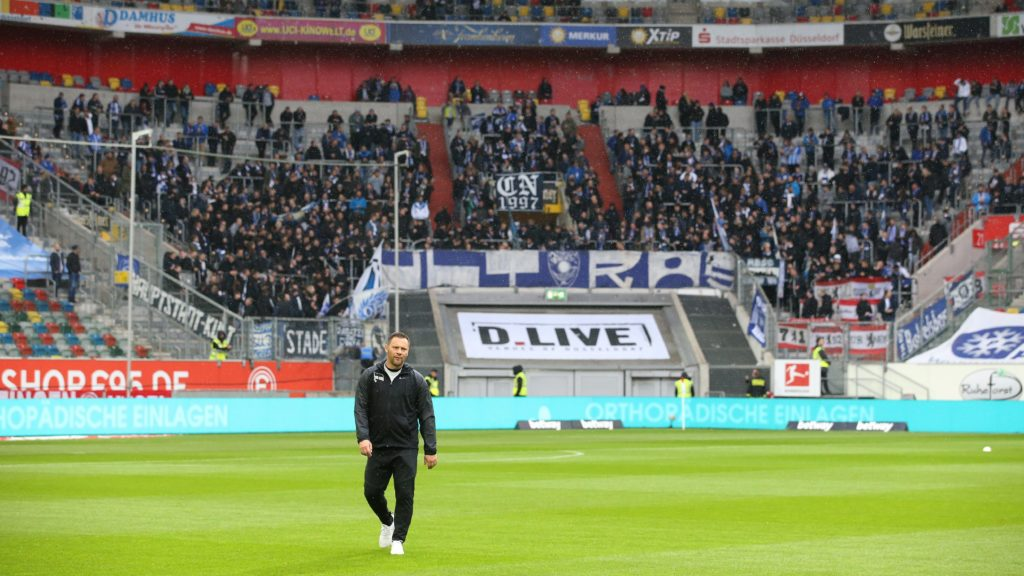 firo: 10.11.2018 Football, Football: 1. Bundesliga, Season 2018/2019 Fortuna Dusseldorf Duesseldorf - Hertha BSC Berlin Hertha coach, coach Pál Dárdai, Pal Dardai, in front of their own fans, Hertha Fanblock | usage worldwide