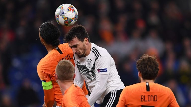 19 November 2018, North Rhine-Westphalia, Gelsenkirchen: Soccer: Nations League A, Germany - Netherlands, Group stage, Group 1, 6th matchday. Mats Hummels (M) from Germany and Virgil Van Dijk from the Netherlands. Photo: Marius Becker/dpa