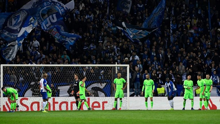 28 November 2018, Portugal, Porto: Soccer: Champions League, FC Porto - FC Schalke 04, Group stage, Group D, 5th matchday at Estadio do Dragao: Players from Schalke stand after the 1:0 goal of Porto on the field. Photo: Ina Fassbender/dpa