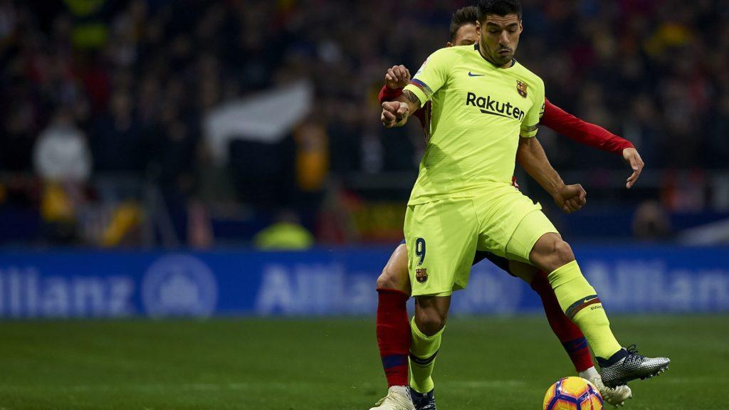 Luis Suarez of Barcelona controls the ball during the week 13 of La Liga match between Atletico Madrid and FC Barcelona at Wanda Metropolitano Stadium in Valencia, Spain on November 24, 2018.  (Photo by Jose Breton/NurPhoto)
