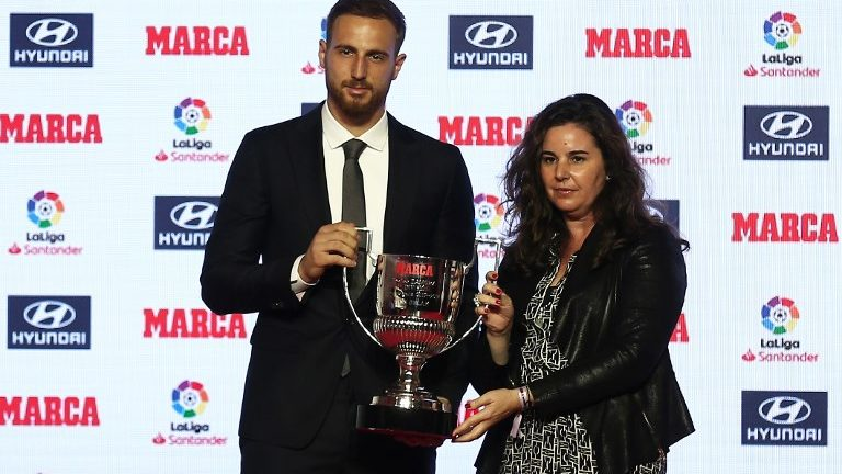 Atletico Madrid's Slovenian goalkeeper Jan Oblak poses after receiving the Zamora trophy for the 2017-18 goalkeeper who conceded least goals of the Spanish Liga, during the presentation of the Football Marca Awards in Barcelona on November 12, 2018.  (Photo by Joan Valls/Urbanandsport/NurPhoto)