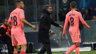 MILAN, ITALY - NOVEMBER 06: Ernesto Valverde head coach of FC Barcelona issues instructions to his players during the Group B match of the UEFA Champions League between FC Internazionale and FC Barcelona at San Siro Stadium on November 6, 2018 in Milan, Italy.  (Photo by Alessandro Sabattini/Getty Images)