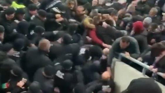 Balhé az új Vidi-stadionban  a biztonságiak ököllel ütötték az Újpest- szurkolókat – VIDEÓ  1b56b9cecc