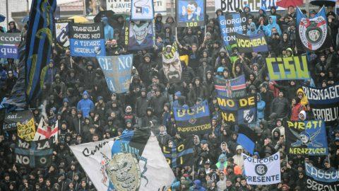 Fans cheer during the Italian Serie A football match Atalanta Bergamo v Inter Milan at the Atleti Azzuri d'Italia stadium on November 11, 2018 in Bergamo. (Photo by Miguel MEDINA / AFP)