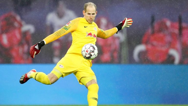02 December 2018, Saxony, Leipzig: Soccer: Bundesliga, 13th matchday, RB Leipzig - Borussia Mönchengladbach in the Red Bull Arena Leipzig. Leipzig's goalkeeper Péter Gulácsi on the ball. Photo: Jan Woitas/dpa-Zentralbild/dpa - IMPORTANT NOTE: In accordance with the requirements of the DFL Deutsche Fußball Liga or the DFB Deutscher Fußball-Bund, it is prohibited to use or have used photographs taken in the stadium and/or the match in the form of sequence images and/or video-like photo sequences.