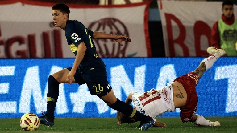 Boca Juniors' defender Leonardo Balerdi (L) controls the ball past Huracan's midfielder Ivan Rossi during an Argentina First Division Superliga football match at Tomas A. Duco stadium in Buenos Aires, on August 26, 2018. (Photo by ALEJANDRO PAGNI / AFP)