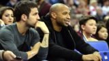 (FILES) In this file photograph taken on January 15, 2015, Chelsea footballer Cesc Fabregas (L) looks on as former footballer Thierry Henry (R) watch the 2015 NBA global game between Milwaukee Bucks and New York Knicks at the O2 Arena in London. - Spanish midfielder Cesc Fabregas is expected in Monaco on January 6, 2019, to negotiate a transfer to the French Ligue 1 club from Chelsea, sports daily L'Equipe reported January 5. (Photo by GLYN KIRK / AFP)