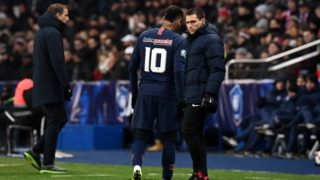 Paris Saint-Germain's Brazilian forward Neymar leaves the pitch following an injury during the French Cup round of 32 football match between Paris Saint-Germain (PSG) and Strasbourg (RCS) at the Parc des Princes stadium in Paris on January 23, 2019. (Photo by FRANCK FIFE / AFP)