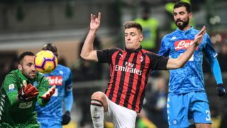 Napoli's Colombian goalkeeper David Ospina (L) grabs the ball under pressure from AC Milan's Polish forward Krzysztof Piatek (C) as Napoli's Spanish defender Raul Albiol (R) looks on during the Italian Serie A football match AC Milan vs Napoli on January 26, 2019 at the San Siro stadium in Milan. (Photo by Miguel MEDINA / AFP)